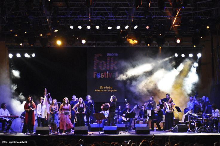 In occasione della FESTA DELLA TERRA, il 23 agosto il concerto dell' ORCHESTRA GIOVANILE DI MUSICA POPOLARE diretta da AMBROGIO SPARAGNA con la partecipazione del Quintetto Vocale Popolare di Orvieto, Hevia ed altri ospiti.