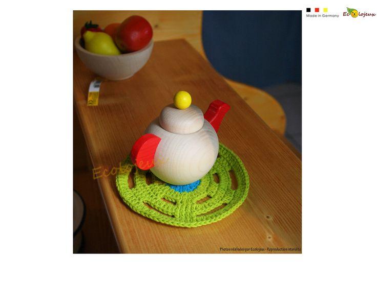 Dinette bois Théière : C'est l'heure du goûter! Les jeux d'imitation aident à grandir. https://www.ecolojeux.com/dinette-fruits-legumes-bois-marchande/372-theiere-en-bois-dinette.html