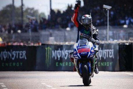 In Francia #Lorenzo si conferma al vertice suonando tutti, #Rossi completa la doppietta #Yamaha e #Dovizioso riporta la #Ducati sul podio. #Honda in difficoltà con #Marquez costretto a fare lo stuntman per piegare un indomito #Iannone. Vi racconto le mie impressioni sulla gara di oggi.