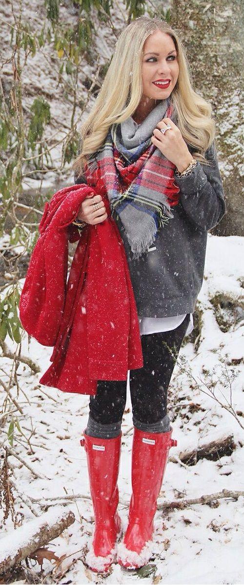 Pull gris + pantalon noir + écharpe à carreaux + manteau rouge + bottes à caoutchouc rouges