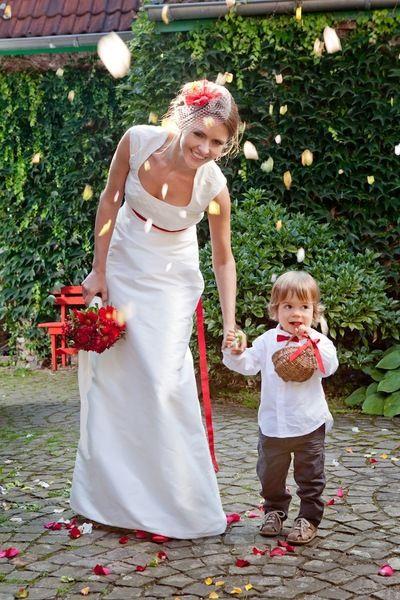 Lotte    Schlichtes Brautkleid aus Dupionseide in Empirelinie.     Das Oberteil ist mit Ranken/ Blumen zart bestickt. Das Kleid hat einen kleinen Steh