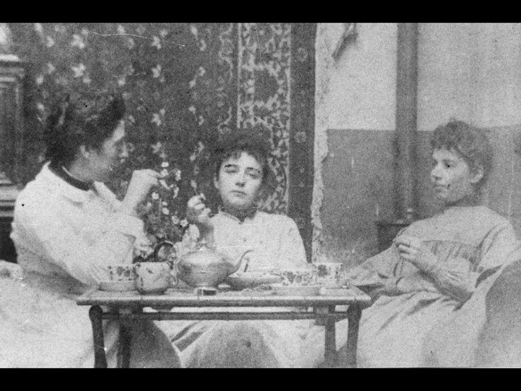 Camille Claudel in het midden met zus Louise en vriendin Jessie Lipscomb, ca. 1888, www.fb.com/camilleclaudelstatuaire