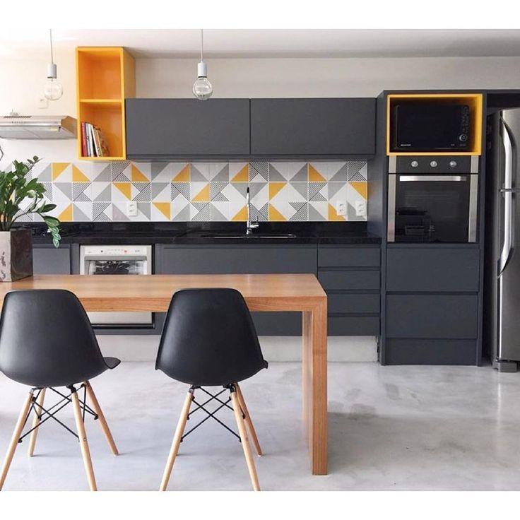 Lurca Azulejos | Azulejos Raiz Amarelo, Raiz cinza e Tarde no projeto @manucardim_interiores | Raiz Yellow, Raiz Grey and Tarde - Ceramic Tiles // Shop Online www.lurca.com.br #azulejos #azulejosdecorados #revestimento #arquitetura #reforma #decoração #interiores #decor #casa #sala #design #cerâmica #tiles #ceramictiles #architecture #interiors #homestyle #livingroom #wall #homedecor #lurca #lurcaazulejos