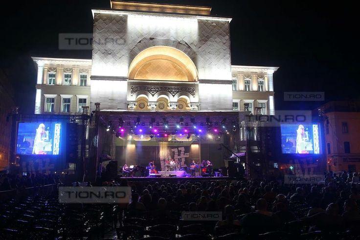 Opera din Timisoara, iluminata artistic. Fatada mai trebuie acum… reparata