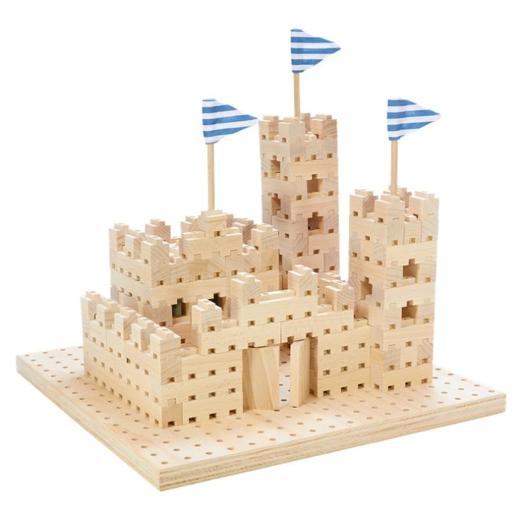 Úžasná sada stavebnice BUKO, která obsahuje 299 dílků, jako jsou kostky, vlaječky, vstupní brána, dvě velikosti upevňujících kolíků a deska. Originální systém skládání a variabilita stavebnice umožňuje postavit hrad jako zpohádky, věž vysokou 170 cm a další velké množství nejrůznějších staveb, které vdětech při hře rozvíjí logické myšlení a fantazii. Děti tak mohou zažít každý den nové dobrodružství. Všechny sady dřevěných stavebnic BUKO lze spolu navzájem kombinovat a dokupovat další…