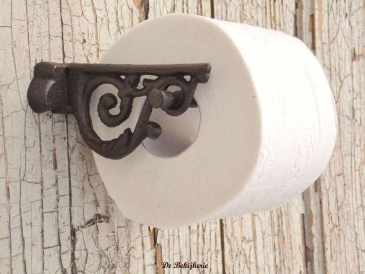Zeer fraaie toiletrolhouder voor bevestiging aan de muur met mooie rustieke uitstraling. De rol is heel makkelijk te vervangen door het losse staafje er aan de zijkant uit te schuiven. Met 2 schroefgaten , excl. schroeven. Kleuruitvoering ; diep donkerbruin