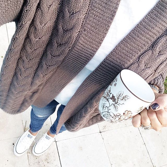 perfect fall outfit!! love how crisp her converse are too.