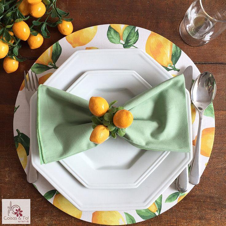 Sousplat em algodão estampa Limão Siciliano, guardanapo também em 100% algodão e porta-guardanapo de limõezinhos.  contatocoisasetal@hotmail.com