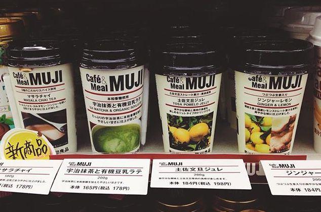 """出典:http://tofo.me 11月24日からファミリーマート限定で販売が開始されている、無印良品のチルド飲料はもう試しましたか? 「Café&Meal MUJI」監修の素材の味を活かした商品の中に、新たにチルド飲料が登場しました。 種類は4つ。どんな風味が楽しめるのか早速見ていきましょう。 ファミリーマート限定!無印良品のチルド飲料 出典:http://tofo.me ファミリーマート限定で無印良品のチルド飲料の発売が開始されました。気になるお味は4種類。 ・マサラチャイ 178円(税込) ・宇治抹茶と有機豆乳ラテ            178円(税込) ・ジンジャーレモン 198円(税込) ・土佐文旦ジュレ 198円(税込) どれも""""素の食""""を意識してつくられた、 シンプルな味わいを楽しめる ドリンクです。 ファミリーマートで販売されている「Café&Meal MUJI」の中で、チルド飲料は初の登場。 人気の無印良品の食品に注目している方も多いようですね! 出典:http://tofo.me 発売当日から早速購入された方も多いようで、みなさん大満足されているご様子。…"""