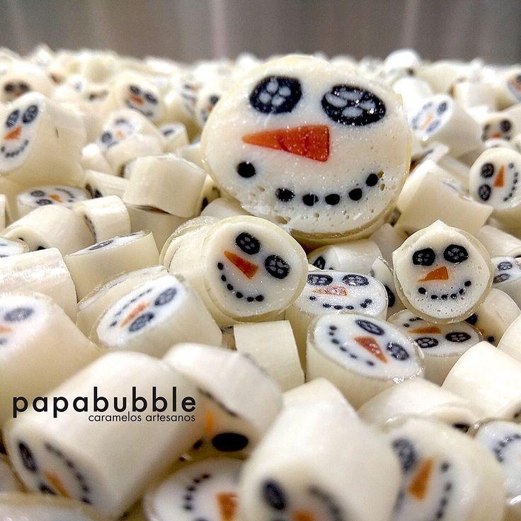 """Ni es Navidad ni en Murcia ha vuelto a nevar pero hoy hemos hecho nuestro """"muñeco de nieve"""". Esta es la magia del caramelo artesano. Frutos rojos para nuestro Mix Navidad que pronto tendremos en tienda. - - #snowmancandy #caramelospersonalizados #navidadennoviembre #hechoamano #craftcandy #singluten #sinconservantes #muñecodenieve #vegano #regalosoriginales"""