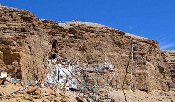 Ритод Падмасамбхавы, Лхаса  Ритод — это уединенное место в горах для духовной практики. Многочисленные пещеры Падмасамбхавы окружают священный монастырь Кьюнглунг Куртям Бон. По легенде, в одной из пещер находилась резиденция главного знатока тибетской медицины, главного учителя и практика традиции бон.  Падмасамбхава — это второе имя Гуру Ринпоче, основателя буддизма в Тибете, некогда пришедшего из Непала. Последователи почитают Гуру Ринпоче как вторую по значимости фигуру после Будды…