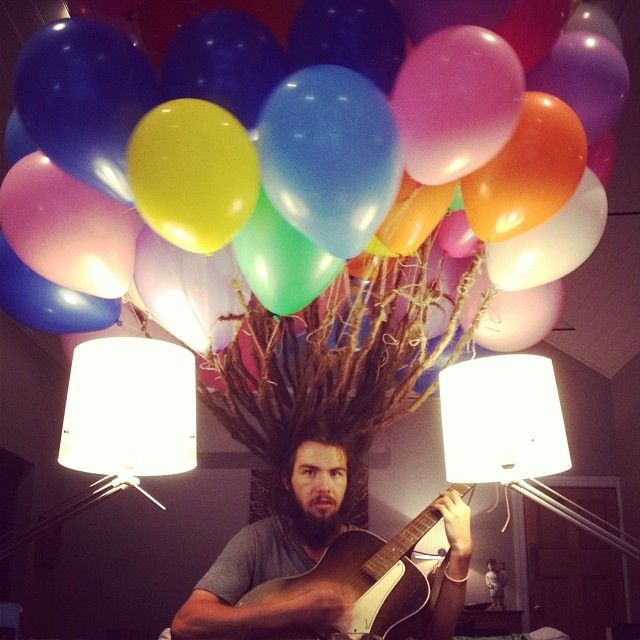Ballons de baudruche attachés à des dreadlocks