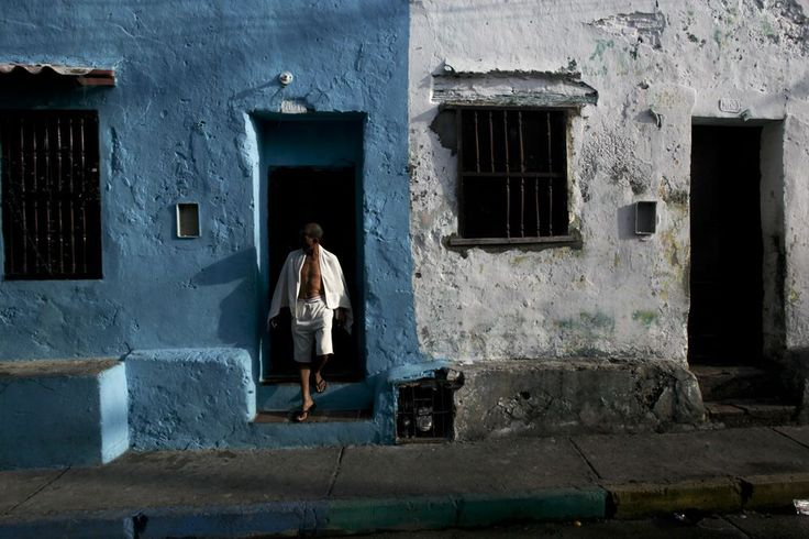 Colour co-ordination. Improve your compositions with a little help from Joaquin Sarmiento. http://ticartagena.com/en/things-to-do/tours-experiences/snap-to-it-with-a-photo-tour-of-cartagena/
