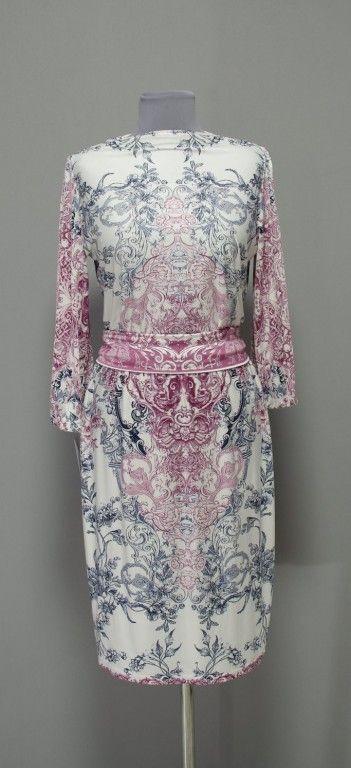 Белое платье с узорами пыльных оттенков в стиле барокко