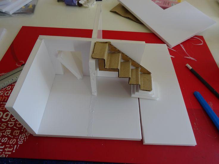 Etape 1 : la base. Escalier foiré, j'ai calculé la taille des escaliers en fonction de la taille des personnages. Or j'avais oublié qu'il y'aurait des portes. Donc rafistolage pas terrible