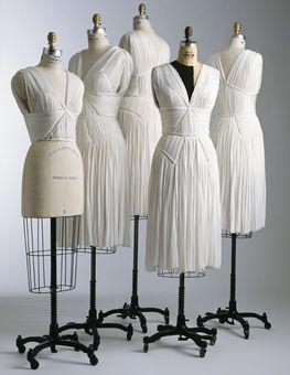 Secara umum pekerjaan menjahit pakaian terdiri dari tahap pembuatan pola menjahit baju, pemotongan bahan, dan menjahit.