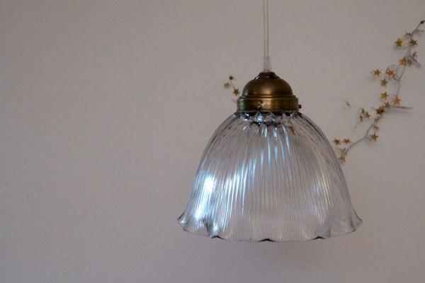 Lustre grande suspension avec ancien abat jour en verre... http://www.lanouvelleraffinerie.com/plafonniers-suspensions-lustres/570-sophie-lustre-grande-suspension-avec-ancien-abat-jour-en-verre.html