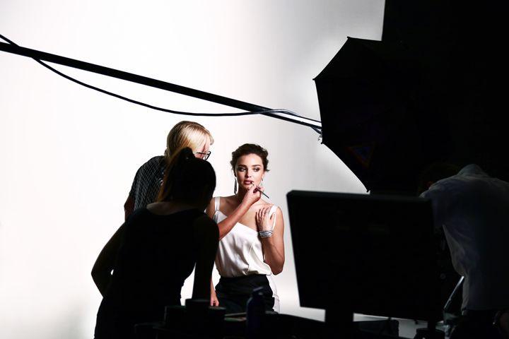 Vea el backstage de la nueva campaña de Swarovski con Miranda Kerr
