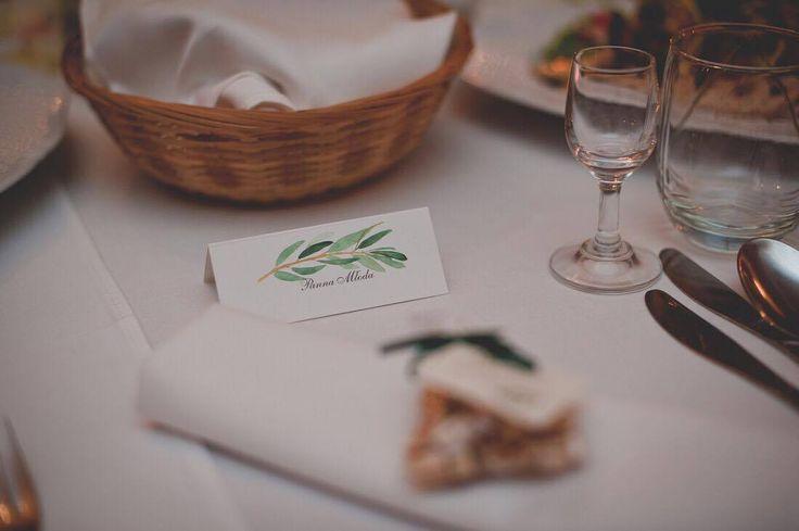 Jesienią 2016 roku odbyła się uroczystość Anny i Wiktora. Było dużo zielonych dekoracji i złota, a wśród nich nasza cartolinowa kolekcja papeterii Rustykalne oliwki. Oj było pięknie! 😍 Najlepsze ży…