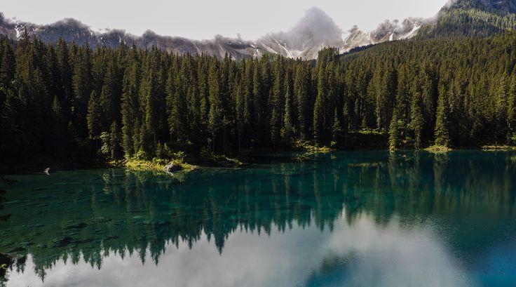 Lago de Carezza El Karersee ( Ted. Karersee ) es un pequeño lago alpino situado en la parte superior Val d'Ega a 1.534 m en el municipio de Nova Levante ( BZ ), unos 25 km de Bolzano . Que se encuentra entre espesos bosques de abetos y se encuentra por debajo del pie del macizo Latemar , que se refleja en sus aguas cristalinas.