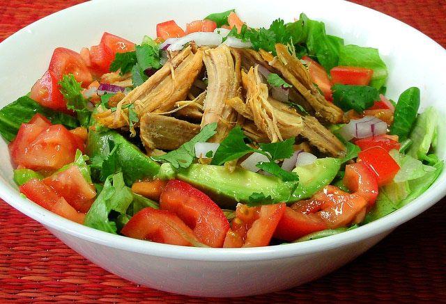 Cómo convertir tus carnitas de cerdo en una ensalada: Arma tu ensalada de carnitas con las verduras frescas que tengas a la mano y espárcela con cebolla y cilantro picado y jugo de limón.