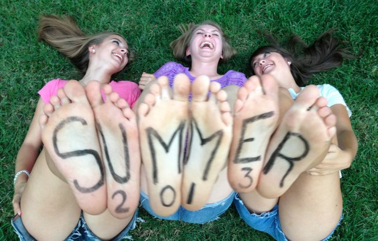Write on your feet and take pictures with your best friends for summer