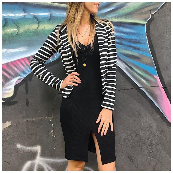 O blazer listrado deixa o look mais moderno!🖤😍 #vemprazas