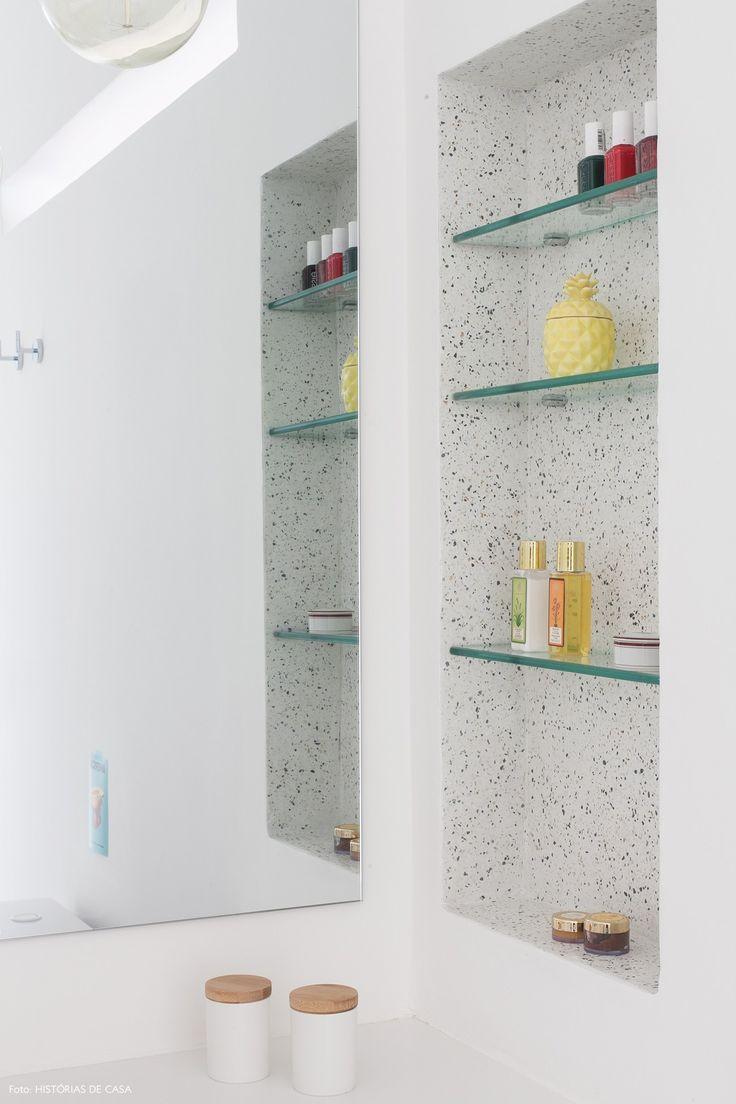 Nicho do banheiro foi revestido com granilite e recebeu prateleiras de vidro.