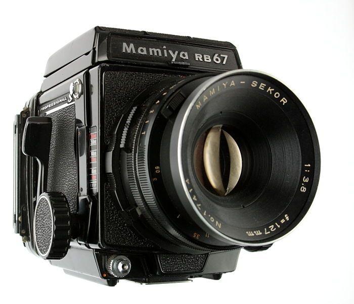 Mamiya RB67 Professional S  127mm en 180mm objectief  handgreep  Aangeboden een Mamiya RB67 Professional S met daarbij een Mamiya-Sekor 127mm f/3.8 en Mamiya-Sekor C 180mm f/4.5 en een Mamiya handgreep.De camera verkeert in gebruikte staat en is niet grondig getest. De balg lijkt lichtdicht te zijn het matglas is onbeschadigd de filmcassette lijkt in orde te zijn. De camera vertoont sporen van gebruik in de vorm van afgesleten lak op hoekpunten een deukje in een hoekpunt van de…
