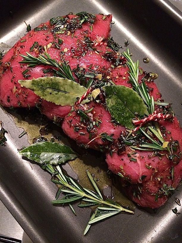 Beef roast with red wine gravy and horseradish sauce | Rundvlees uit de oven met rode wijnjus en mierikswortelsaus | Recipe on www.francescakookt.nl