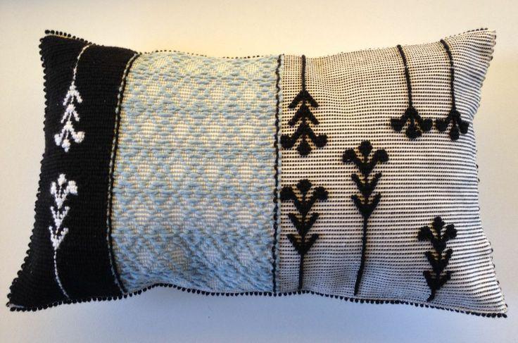 """Cuscino Piccolo 38x63 cm, realizzato a mano con le tecniche """"Pibiones"""", """"Aramu"""" e """"LItzos"""". Materiali: 80% lana, 20% cotone."""