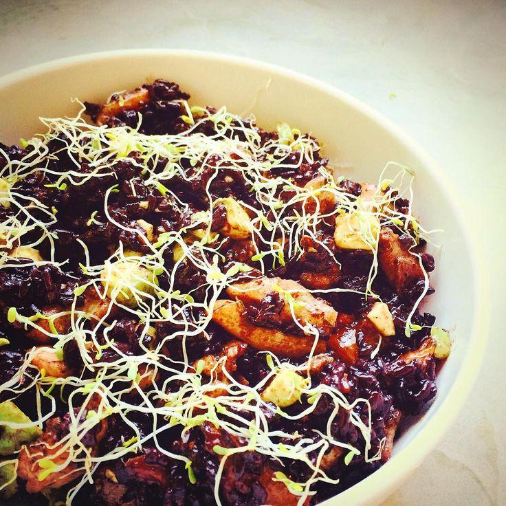 «Черный рис с маринованными нектаринами, авокадо и курицей. Сегодня к нам на ужин приходили возмущающиеся мясоеды, поэтому я приготовила для них блюдо с…»