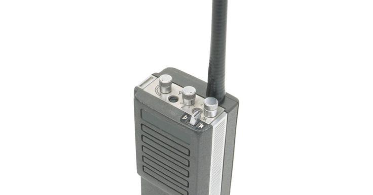 Como fazer uma antena VHF móvel caseira. Se você é um entusiasta do rádio amador e possui um rádio portátil VHF, uma antena móvel caseira pode melhorar a sua amplitude de sinal. Muitas áreas do país têm acesso a estações de repetidor de sinal VHF que permitem a transmissão de longa distância. Essa acessibilidade está atraindo veteranos e novatos radioamadores, que têm promovido o uso ...