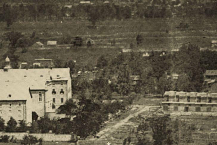 premiers bâtiments de l'Hôtel-Dieu avenue Des Pins angle Saint-Urbain, 1870