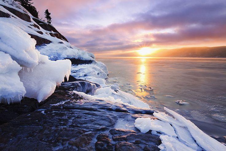 Le lever de soleil flamboyant au parc national du Fjord-du-Saguenay : | 15 paysages d'hiver inoubliables que vous ne verrez qu'au Québec