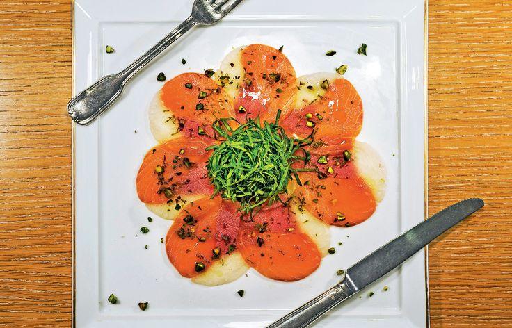 Aria Γεύσεων - Τριλογία από carpaccio σολοµού, σφυρίδας και κόκκινου τόνου συνοδευόµενο µε σαλάτα από αλµυρίκια