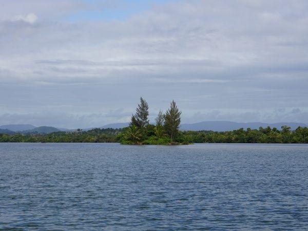 River crossing betwen Ampanavoana and Fampotakely 011.jpg