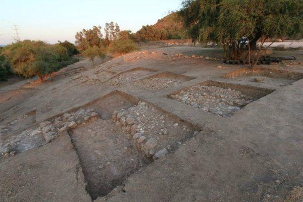 Goliath's reusachtige poort gevonden in de tel van Gath - de gigantische toegangspoort ontdekt van de Bijbelse stad Gath van de Filistijnen, de thuisbasis van Goliath. Het was de grootste stad in Israël in de 10e en 9e eeuw BCE, de tijd van het 'Verenigd Koninkrijk' van Israël. De stad is gelegen in de heuvels van Judea, ongeveer halverwege tussen Jeruzalem en Ashkelon, in centraal Israël