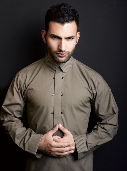 Hatem Alakeel  http://hautearabia.wordpress.com/2013/03/05/featuring-the-king-of-thobes-hatem-alakeel/