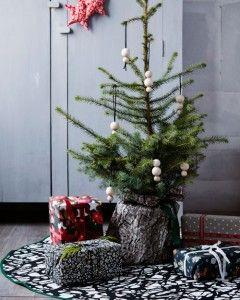 Juletræstæppe++Lad+smukke+juletekstiler+være+en+gave+i+sig+selv+og+brug+dem+til+kreativ+gaveindpakning.+Brug+også+tekstiler+som+skjuler+til+juletræet,+en+fin+gavesæk+og+til+juletræstæppet. +-+stof2000.dk