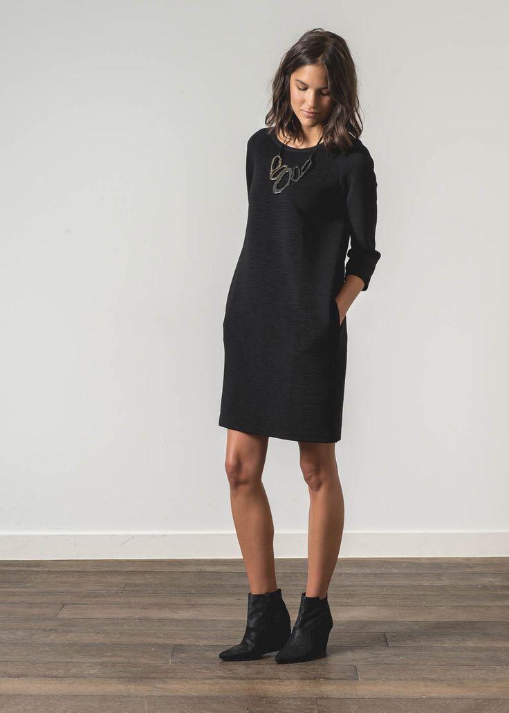 La robe fourreau est une pièce intemporelle qui vous confère une fière allure et une touche d'élégance certaine, au bureau ou en soirée. En jersey reliefé, cette robe est droite, à manches ¾ et possède deux poches camouflées dans les coutures côtés. Son col rond est orné d'un collier plastron amovible. Elle se porte sur des boots wedges et s'accessoirise d'un faux col en fourrure pour ajouter une touche de glamour à votre tenue. #robe #femme