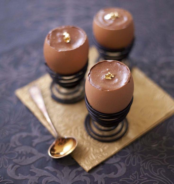 Mousse au chocolat en coques d'oeufs