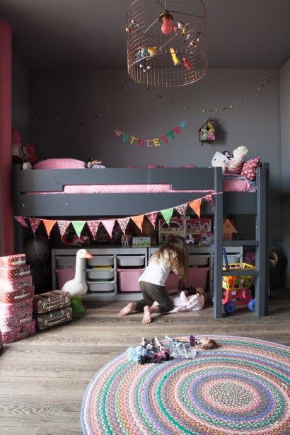 Chambre de fille, rose et grise, guirlande fanions, tapis rond coloré, The Socialite Family