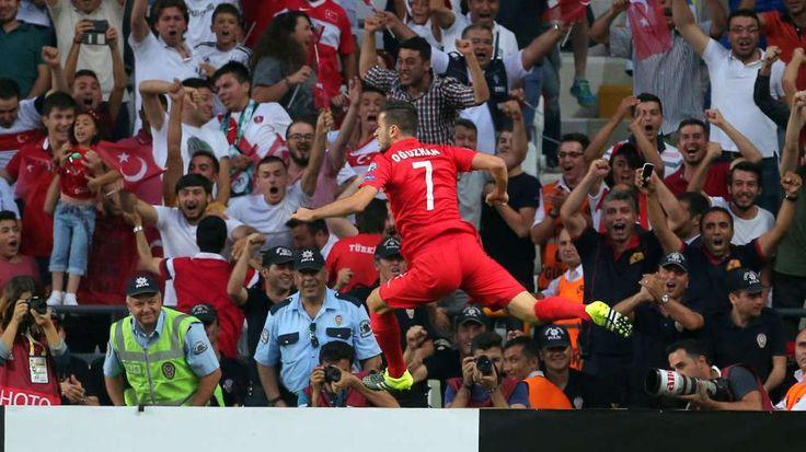Die Fans jubeln im Hintergrund: Özyakup macht das wichtige 1:0 für die Türkei - 0:3-Pleite in der Türkei: Holland vor EM-Aus http://www.bild.de/sport/fussball/nationalmannschaft-niederlande/nach-pleite-vor-em-aus-42475064.bild.html