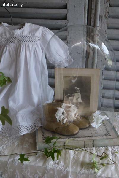 Chaussures d' enfant anciennes , globe de mariée , robe de fillette Brocante de charme atelier cosy.fr