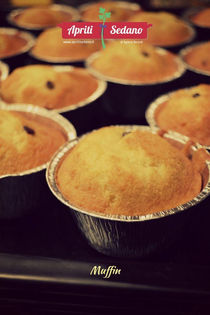 MUFFIN Per una colazione, per una merenda, per un dopo cena. Muffin senza burro: più leggeri e facili da preparare. Soffici e dolci al punto giusto. INGREDIENTI 3 uova 3 etti di farina 2 etti di zucchero 1 tazza di latte 1 bicchiere di olio di semi 1 bustina di lievito gocciole di cioccolato