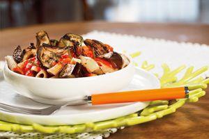 Penne integral con vegetales rostizados y salsa de chile morrón | Sabores en Linea
