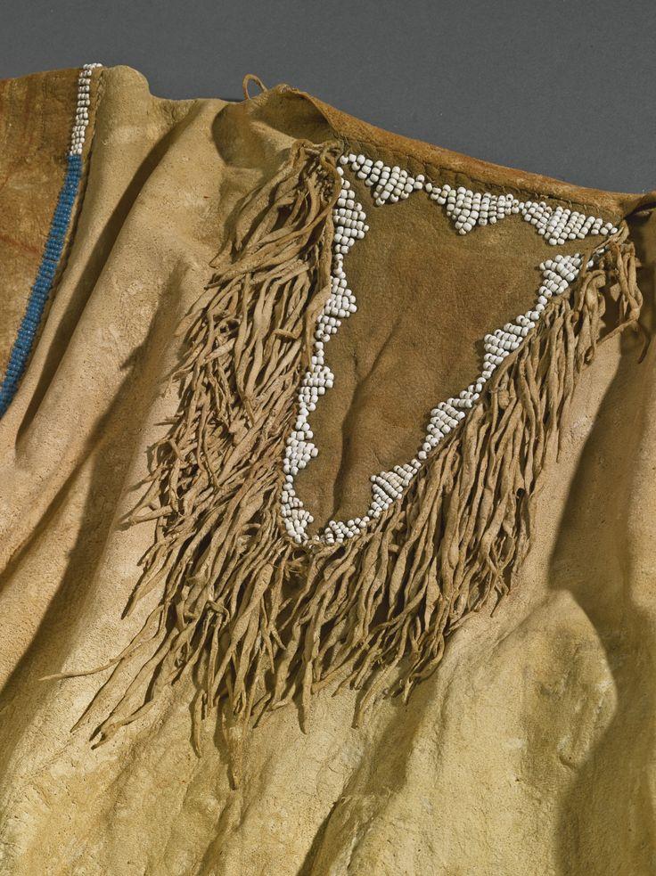 Военная рубаха с вышивкой бисером и иглами, Кроу или Не Персе. Б. Коллекция Father John Higginbotham, ирландского священика, который служил между 1840 и 1860-х гг. в Сент-Луисе, штат Миссури. После его смерти, эта рубашка и другие индейские реликвии были завещаны Аббатству Mount Melleray, графство Уотерфорд, Северная Ирландия, где они оставались до недавнего времени. Продана на аукционе Кристи в Лондоне в июне 1983 года.  ARTS OF THE AMERICAN WEST, 21 мая 2014 года. Нью Йорк.