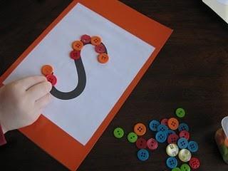 Letters en fijne motoriek oefenen. Leuk met knopen/balletjes etc