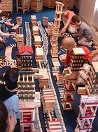 Centre Kapla, 27 rue de Montreuil, Paris  : construction géante en planchettes de bois